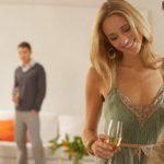 Einmal Amor sein und die Freunde miteinander verkuppeln: Frau und Mann im Gespräch bei Freunden