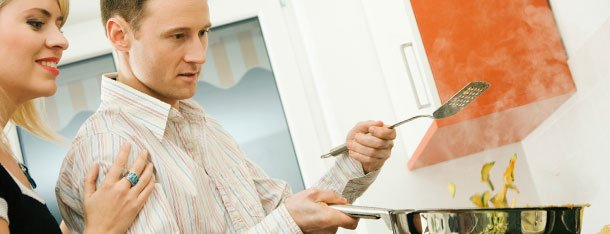 Mann und Frau kochen - gehen gemeinsamen Hobbys in Beziehung nach