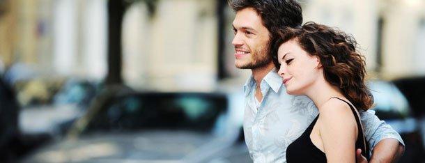 Paar hat Liebe gefunden und läuft Arm in Arm.