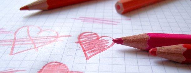 Roter Stift und Zettel als Symobl für Liebesquiz
