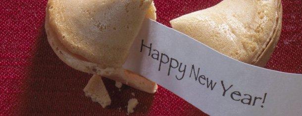 Silvester mit neuem Partner symbolisch durch geöffeneten Glückskeks mit Neujahrsbotschft dargestellt