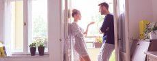 Frau und Mann in einem Gespräch um die Beziehung zu retten