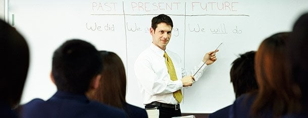 Lehrer in Vorlesung an Tafel symbolisch für Grund einen Lehrer zu daten