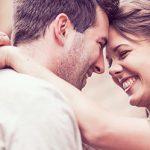 Paar umarmt sich glücklich weil sie sich über erfolgreiches Validierungsverfahren bei ElitePartner kennengelernt haben