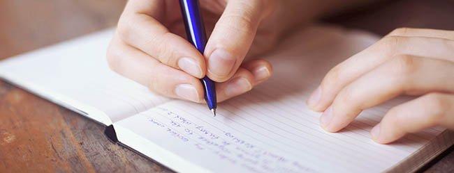 Glaubenssätze an die Beziehung symbolisiert durch ein Notizbuch, das gefüllt wird