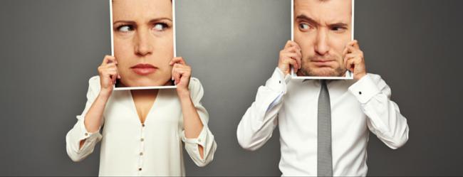 """Der """"Bin ich langweilig"""" Test symbolisch durch Mann und Frau die sich jeweils ein Bild mit skeptischen Blicken zu werfen"""