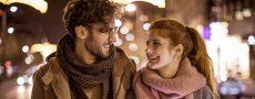 Emotionale Muster bei der Partnersuche: Frau schaut Mann beim Spazieren in die Augen