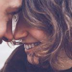 Frau und Mann Stirn an Stirn entdecken neue Erkenntnisse über die Liebe