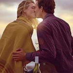 Erstes Date Kuss: Mann und Frau am Wasser