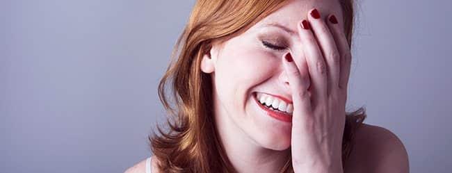 Frau hält sich Hand vor das Gesicht - sie hat Angst vor erstem Date
