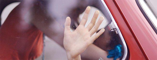 Sexuelles Erlebnis im Auto durch Nahaufnahme von angelaufenen Fensterscheibe eines Autos dargestellt