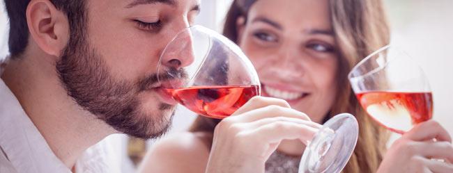 Mann und Frau bei Weinverkostung auf Single Event
