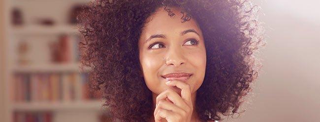 Frau denkt über gute Fragen zum Kennenlernen nach