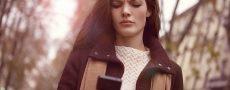Frau schaut verwirrt in Ihr Handy weil sie nicht weiß wie sie einen Korb geben soll