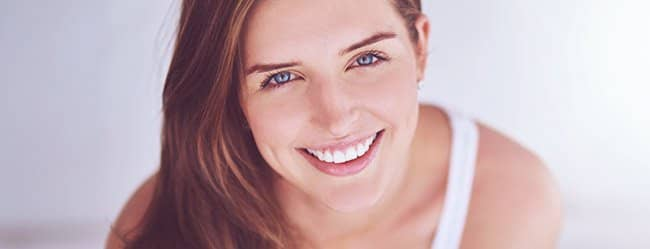Attraktive Frau mit dunklen Haaren lächelt