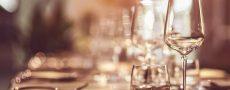 Gedeckter Tisch im Restaurant signalisiert Benimmregeln