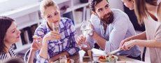 Drei Frauen und ein Mann am Tisch signalisiert Eifersucht unter Freundinnen