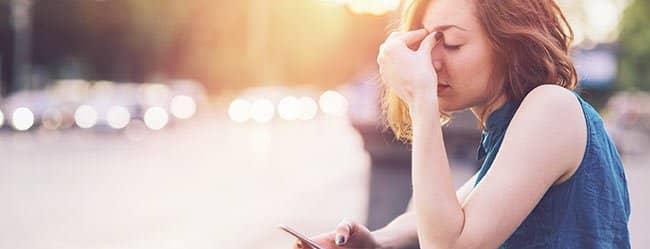 Die emotionale Erpressung beschäftigt Frau und macht sie nachdenklich
