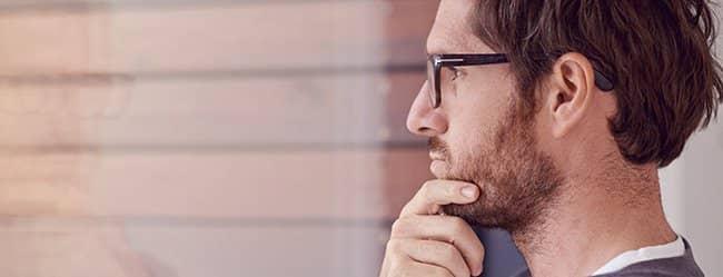 Mann schaut nachdenklich weil er weiß nicht, was er will