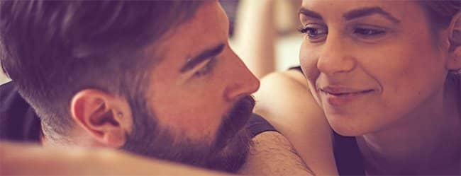 Mann schaut Frau an - er denkt an die Erwartungen bei Beziehungen