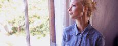 Frau schaut nachdenklich aus dem Fenster heraus als Symbolbild dafür Frauen zu verstehen