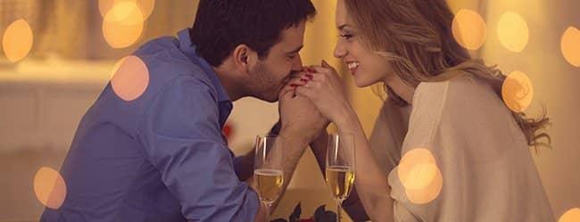 """Mann küsst Hand der Frau und will """"Ich liebe dich"""" sagen"""