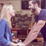 Liebe auf den ersten Blick: Mann und Frau lächeln sich an