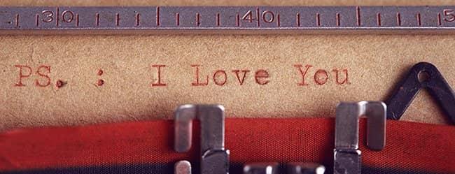 """Mann will Liebe gestehen, mit der Schreibmaschine und schreibt """"love You"""""""