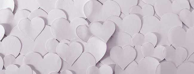 Weiße Herzen aus Papier als Symbol für Liebeswahn