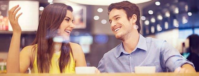 Frau will Mann eifersüchtig machen - sie geht zusammen mit Mann einen Kaffee trinken