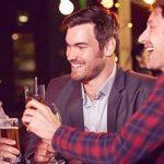 Vier verschiedene Männertypen stossen zusammen mit Bier an