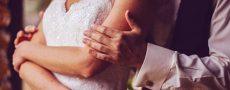 Mann umarmt Frau von hinten als Symbol für die Phasen einer Beziehung