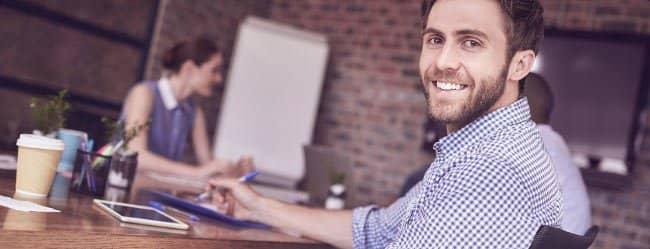 Was Männer wollen: Mann sitzt am Tisch