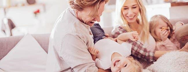 Zusammenbleiben wegen Kind: Eltern und zwei Kinder spielen gemeinsam