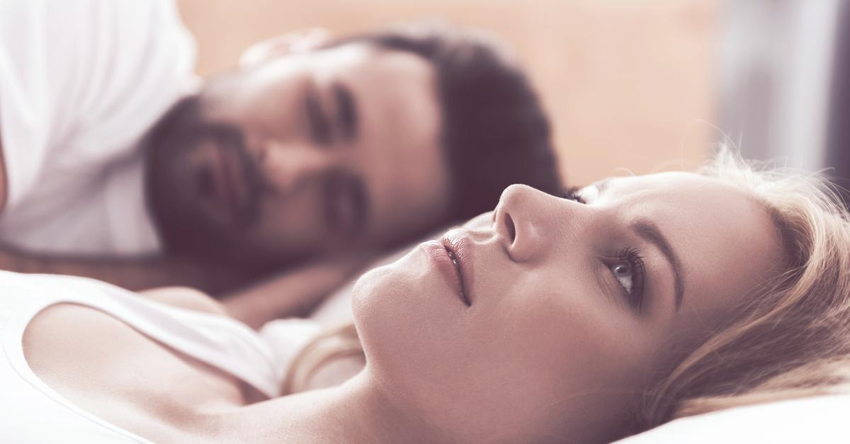 """Frau liegt neben Mann im Bett und fragt sich """"Soll ich mich trennen?"""""""