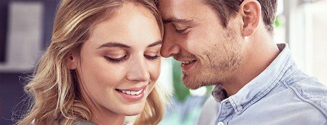 Mann will lieber irgendeine als keine und lehnt sein Kopf an das Gesicht seiner Date-Partnerin an