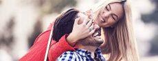 Frau hält Mann Augen zu - sie haben ein Blind Date