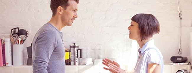Diskussion zwischen Frau und Mann signalisiert Beziehungsprobleme