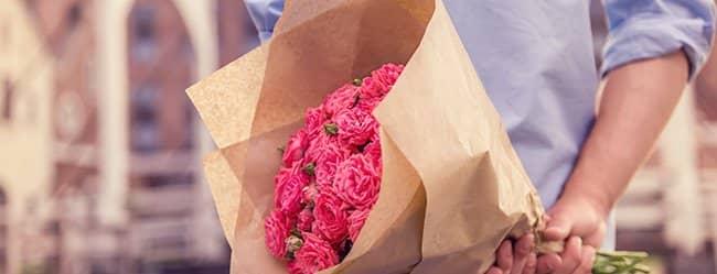 Mann mit roten Rosen in der Hand, als Liebesbeweis