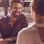 Mann und Frau unterhalten sich über Tipps für erstes Date