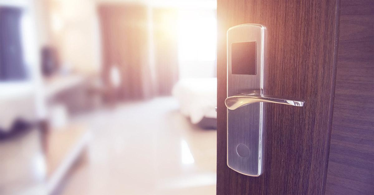 Offene Hotelzimmertür als Symbol dafür, eine Affäre zu beenden