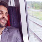 Mann sitzt in einem Zug, er will keine Beziehung