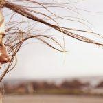 Frau mit wehendem Haar gibt sich Schwärmerei hin