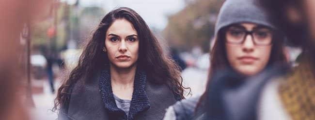 Frau in Fußgängerzone hat Angst vor Gefühlen