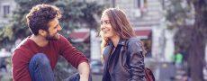 Paar bei ihrem Date in der Stadt spüren welche Faktoren ihre Beziehung bestimmen