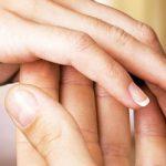 Mann steckt Frau einen Verlobungsring an den Finger weil er überzeugt ist dass der Heiratsantrag Männersache ist