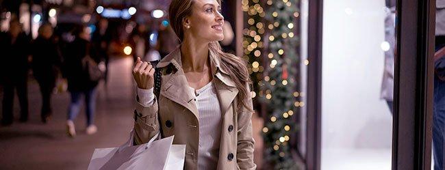 Weihnachten alleine? Frau genießt Weihnachtsbummel in der Stadt