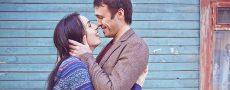 Frau will Mann erobern indem Sie ihn glücklich umarmt und er sie am Hinterkopf hält