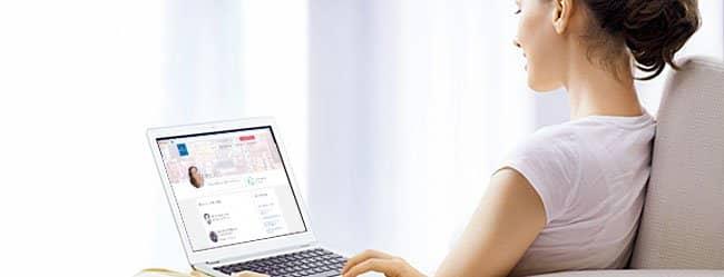 Frau am Laptop formuliert Profiltext