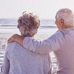 Ein älteres Paar am Strand